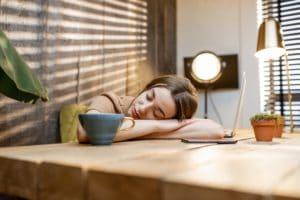 Donna assonnata sul posto di lavoro a casa